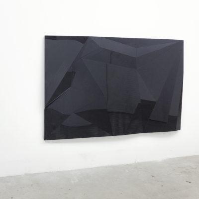 Pieza mural. Metacrilato negro grabado sobre poliestireno fresado