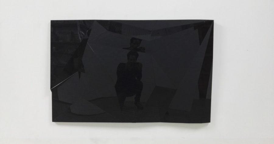 Pieza mural. Metacrilato negro grabado sobre poliestireno fresado y montado sobre tablero.